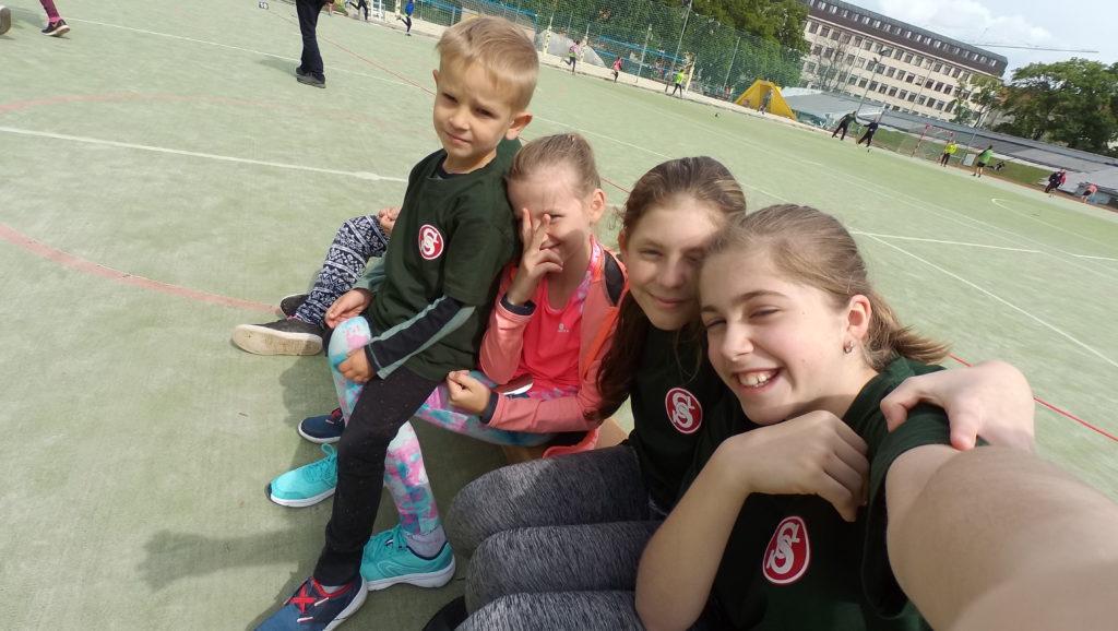 4 cvičenci Sokola Sobotovice na lavičce po sportovních výkonech, úsměv na tváři z radosti, že dokončili všestrannost